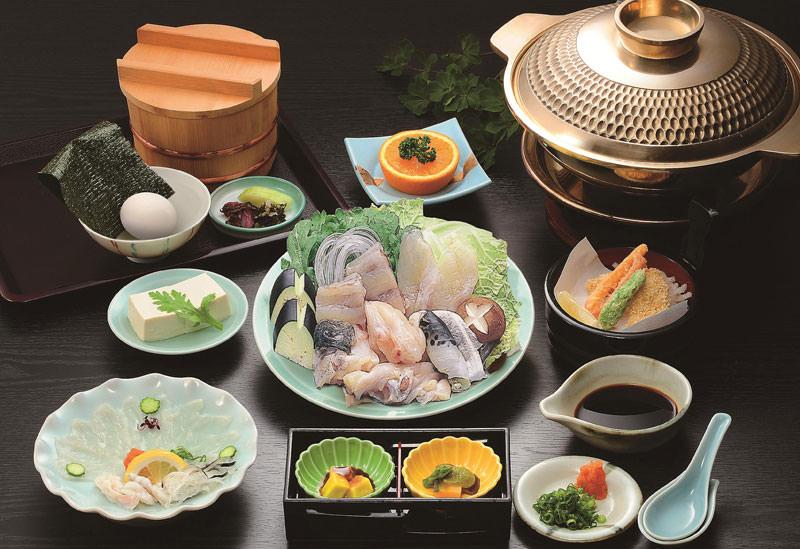 大阪名物てっちりを食すならおなじみのこの店 大正9年創業、多くの人がどこかで一度は目にしたことがあるだろう\u201cふぐちょうちん\u201dでおなじみの道頓堀名物「づぼらや」。