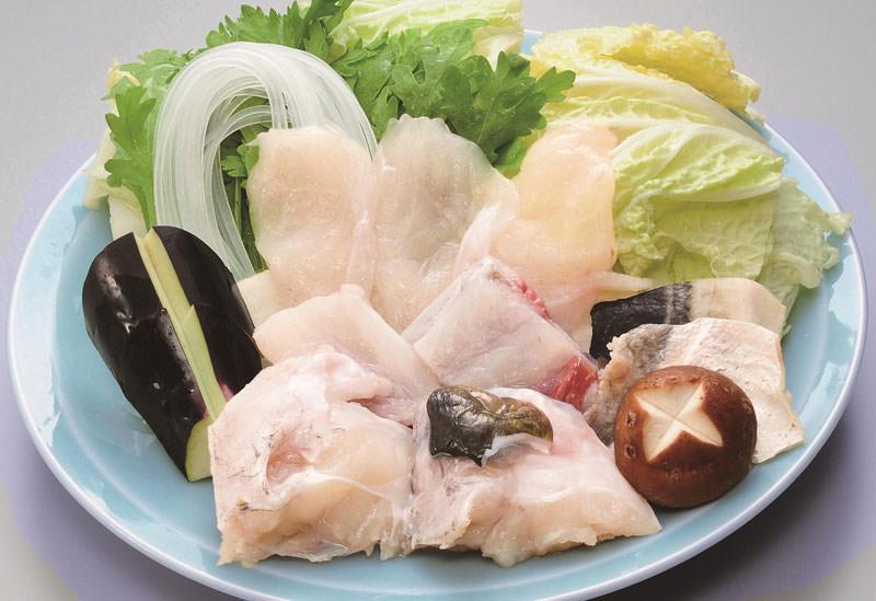 ふぐ料理に欠かせない、徳島県産のスダチとユコウを丹念に手で搾り、特別醸造した醤油を使用した自家製ポン酢は、「づぼらや」の代々社長のみが知る一子相伝の味。